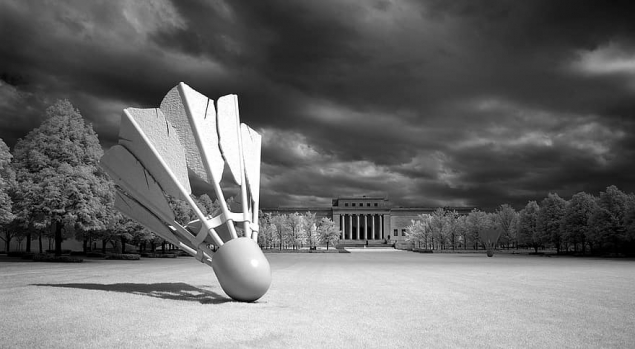 shuttlecock-sculpture-outdoors-artwork-badminton-game-modern-claes-oldenburg-coojse-van-bruggen-nelson-atkins-museum-of-art.jpg